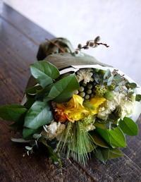 ギフト用の花束「黄色系、春らしく」と、お供えのアレンジメント「バラも使って可」。北野3にお届け。 - 札幌 花屋 meLL flowers