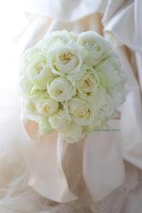 クラッチブーケ ホテル椿山荘東京さまへ 白バラを束ね大きなリボンで - 一会 ウエディングの花