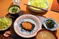 ぶりの照り焼き/茶碗蒸し/ニラの胡麻和え/春キャベツのサラダ/新玉ねぎのお味噌汁 - まほろば日記
