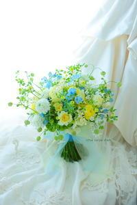 クラッチブーケ アニヴェルセル東京ベイ様へ 夢ほたる 水色のドレスに - 一会 ウエディングの花