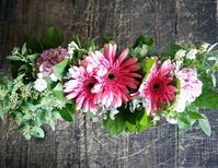 お誕生日の女性へ。「華やかに」。ブリキコンテナアレンジメント。2017/03/22。 - 札幌 花屋 meLL flowers