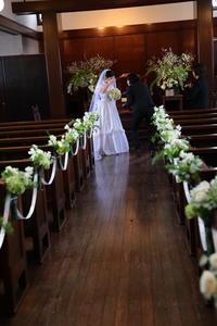 挙式装花 高輪教会様へ、早春の花 ラナンキュラスとフリージアと豆の花 - 一会 ウエディングの花