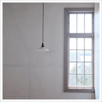 電球と窓 ** - かめらと一緒*