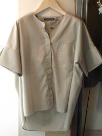 現在、最も注目すべきデザイナーの一人uemulo munenoliの新作半袖シャツ『ENRICA』 - FASHIONSCAPE-TOWNSCAPE