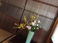 レンギョウ とフリージア &小菊 - メープルままの郵便箱
