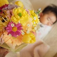 ご友人からのプレゼントの花と、赤ちゃんへの色々な色のミニブーケ - 一会 ウエディングの花