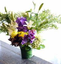 一周忌の法要に。「あまり高さ出さず、紫と黄色を入れて」。2017/04/01。 - 札幌 花屋 meLL flowers
