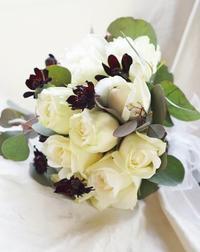 もう一度結婚式をしたくなるブーケ - お花に囲まれて