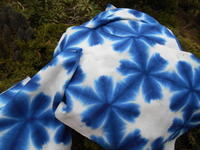 須坂塩屋骨董市で・・雪花絞りは鉄さびあり・・バケツの中は藍無地2巾(刺し子の裏布に) - 藍ちくちく日記