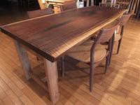 【オイル仕上げ】ウォールナットの一枚板テーブルに、ウォールナット材&タモ材仕様のチェアーをセット。お値打ちな価格に設定。一枚板と木の家具の専門店エムズファニチャーです。 - ウォールナット材無垢の家具 M's furniture 滋賀