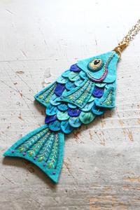 お魚のチャーム~「切って! 貼って! 刺しゅうをする フェルトと遊ぶ」より~ - ビーズ・フェルト刺繍作家PieniSieniのブログ