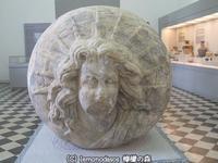 太陽神と月の女神のレリーフのある球体 ヘロニア考古学博物館 - 日刊ギリシャ檸檬の森 古代都市を行くタイムトラベラー