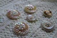 ビーズ刺繍のピンブローチ - ~やさしい時間~