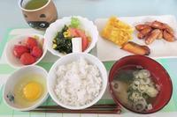 <朝食>卵かけごはん <昼食>欧風ダイニング『FRIENDS』 <夕食>サバの味噌煮 - さとごころ