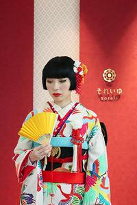 華やか洗練の、カラフル鶴引き振袖 - それいゆのおしゃれ着物レンタル