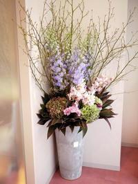 南1西6のビル1階に開院の病院へ、花器貸出のお祝いの活け込み。2017/04/14。 - 札幌 花屋 meLL flowers