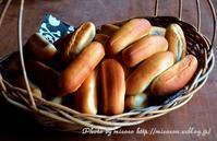 大量のドッグバンズと焼きカレーパン - 森の中でパンを楽しむ