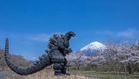 ティラノサウルス現れる!? - 山麓風景と編み物