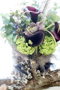 フルチラリアとカラー&ほろほろ鳥の羽根のコンポジション - お花に囲まれて