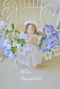 春のお花 スズラン ビオラ と天使 - 大きな栗の樹の下で