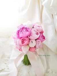 芍薬のブーケ ザ・リッツ・カールトン東京様へ クラッチ仕立てで - 一会 ウエディングの花