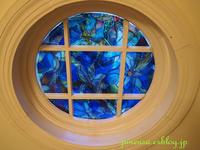 ステンドグラス風小窓の飾りつけ - アメリカ南部の風にふかれて