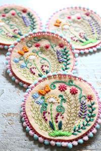 草花のブローチ~「切って! 貼って! 刺しゅうをする フェルトと遊ぶ」より~ - ビーズ・フェルト刺繍作家PieniSieniのブログ