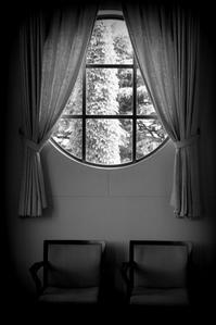ひとつの窓 - 片眼を閉じて見る世界には・・・。