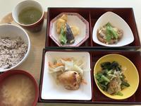 ランチは社食の健康定食。夕飯はニクと野菜とお豆腐。 - よく飲むオバチャン☆本日のメニュー