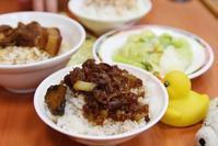【黃記魯肉飯(ホアンジールーロウファン】 名物肉メシ食べちゃうニョ。地元のお店がおいしーニョ。【魯肉飯(ルウロウファン)】 - ツルカメ DAYS