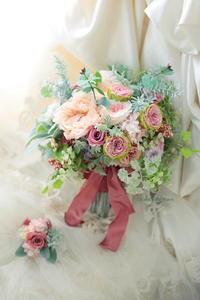 プリザーブドフラワーブーケ 帝国ホテル様へ セピアピンクのドレスに 流行、世間、たった一つの花について - 一会 ウエディングの花