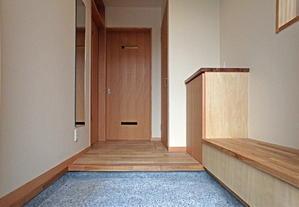 ベンチ収納がある豆砂利洗い出しの玄関 - 建築家とつくる木の家 光設計の「呼吸する住まい」