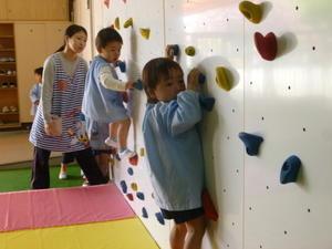 4月28日(金)ボルダリング - ともべ幼稚園 「ひろばの出来事」 <笠間市(旧友部町)>