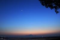 月。 - 青い海と空を追いかけて。