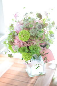 クラッチ風ブーケ 八芳園様へ セピアピンクとグリーンのブーケ - 一会 ウエディングの花