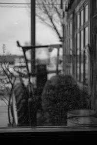 贅沢な覗き窓の雨宿り - Film&Gasoline