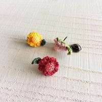 『小花のちいさいブローチ』 - 『 紙とえんぴつ。』 kamacosan. 糸とビーズのアクセサリー