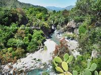 自然が創り出したスペクタクル!アルカンターラ峡谷 - La Tavola Siciliana  ~美味しい&幸せなシチリアの食卓~