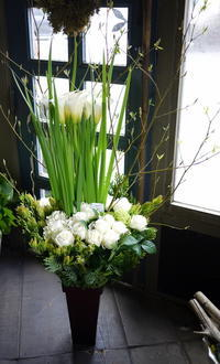 フレンチレストランのオープンに。「白ベースで」。大通東3にお届け。2017/04/27。 - 札幌 花屋 meLL flowers