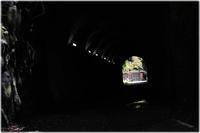 トンネルを抜けるとバス停 - 写真画廊 ナカイノブカズ 2