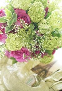 イブピアジェを引き立てる名も無き小花 - お花に囲まれて