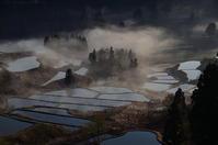 棚田の朝霧 - 風の香に誘われて 風景のふぉと缶