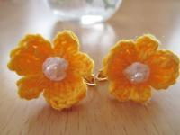 ポップな花モチーフのイヤリング - Atelier-gekka ハンドメイドのおはなし
