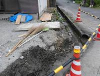 側溝と外壁の補修作業が始まりました - ひろぽんのつぶやき