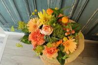 母の日のアレンジメント オレンジ色 - 北赤羽花屋ソレイユの日々の花