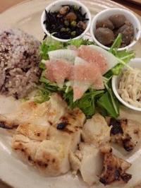 虎ノ門 Organic House Deli & Cafeの和んプレート 鶏胸肉の西京焼き - 東京ライフ