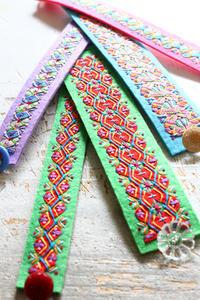 レインボーブレスレット~「切って! 貼って! 刺しゅうをする フェルトと遊ぶ」より~ - ビーズ・フェルト刺繍作家PieniSieniのブログ