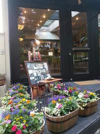 店舗前のお花を植え替えました♪ - Salon de deux H