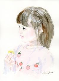おもちゃの化粧品を持つ少女 - 風と雲