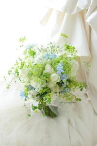 クラッチブーケ 安藤記念教会さまへ 新緑のブーケ、淡い青をさし色にして - 一会 ウエディングの花